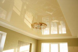 Глянцевый натяжной потолок для восхитительного дизайна в спальню