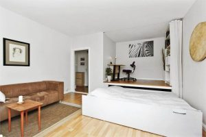 Светлый тон дивана в дизайне очень лаконичен в помещении 18 квадратов