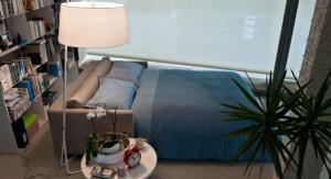 Удобный раскладной диван в спальне 18 квадратов