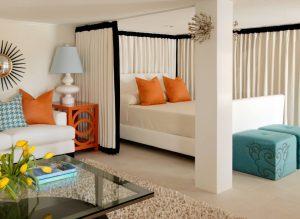 Использование плотных ширм, для зонирования гостиной комнаты 18 квадратов