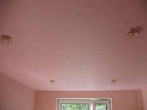 Натяжной потолок окрашенный в матовый цвет для спальни