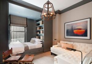 Зона отдыха и приёма гостей в помещении 18 квадратов с невероятной дизайнерской люстрой