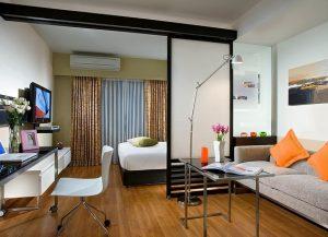 Изюминка дизайна помещения 18 кв заключается в аккуратных и ярких подушках