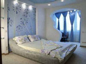 Создана загадочная атмосфера, также спальня увеличена при помощи балкона