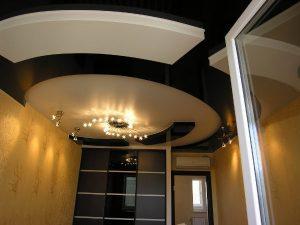 Многоуровневые натяжные потолки рекомендуем для высоких спален