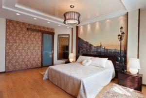 Многоуровневый лаковый натяжной потолок с освещением и люстрой