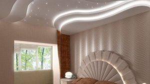 Подсветка в оформлении натяжного потолка для спальни
