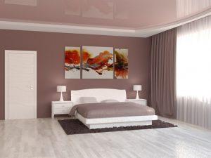 Натяжной потолок для спальни очень хорошо сочетается с интерьером