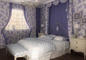 Нежная сине белая спальня украшена красивыми занавесями