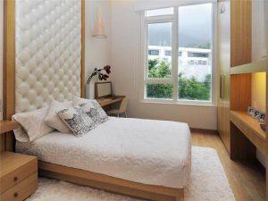 Большая спальня имеет естественное освещение, данный метод идеально подходит для любителей прекрасного вида из окна