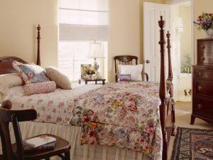 Рюши и текстиль с цветочным принтом в оформлении спальни стиля французский прованс