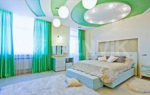 Потолок натяжной сатиновый бирюзового цвета для спальни