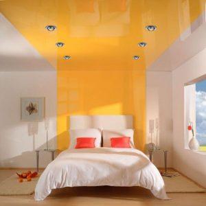 Натяжной потолок броского цвета для спальни