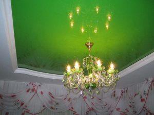 Огромный зелёный натяжной потолок