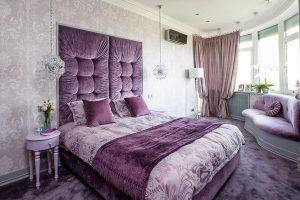 Дизайн маленькой спальной комнаты в фиолетовом цвете
