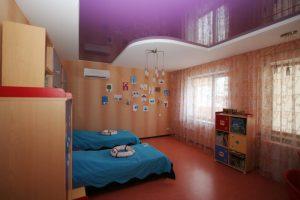 Фиолетовый натяжной потолок для десткой спальни