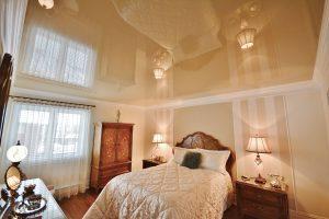 Фото спальни с глянцевым натяжным потолком