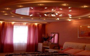 Красные оттенки в интерьере спальни