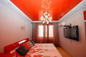 Натяжной поток окрашенный в красный цвет для спальни