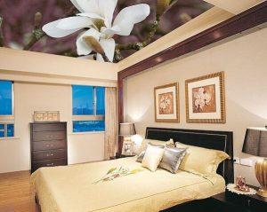 Прекрасный цветочек на натяжном потолке в спальне
