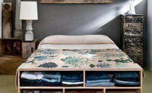 состаренная мебель в небольшой спальне