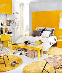 Большая спальня в желтом цвете