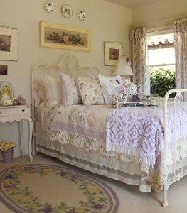 Центральное место в спальне прованс отведено кровати