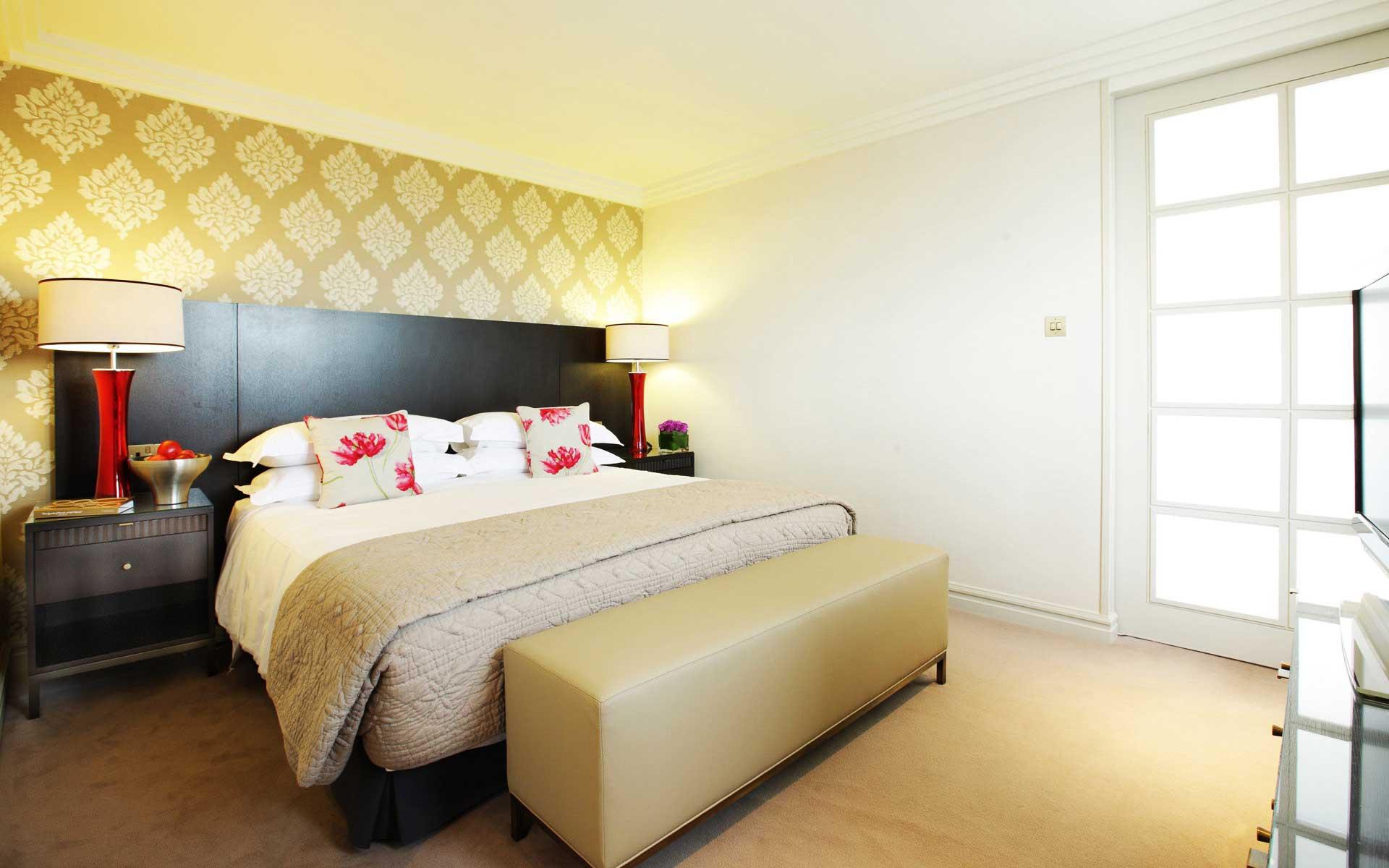 Спальня с желтыми обоями