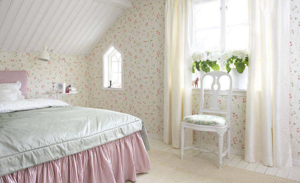 Спальня с белыми обоями в мелкий цветочек