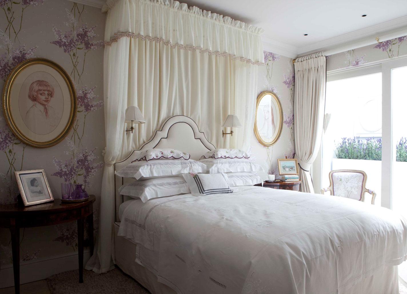 Обои для спальни с цветочными композициями