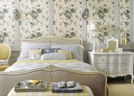 Спальня в светлых тонах с цветочками