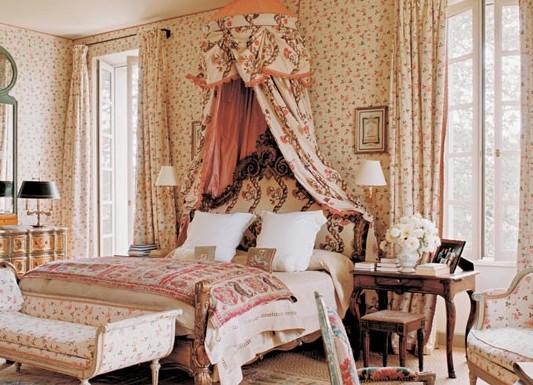 Мелкие цветочки в спальне с балдахином
