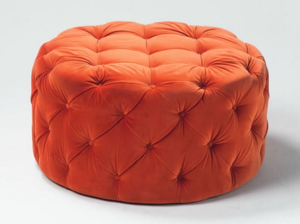 Круглая оранжевая мебель в классическом стиле