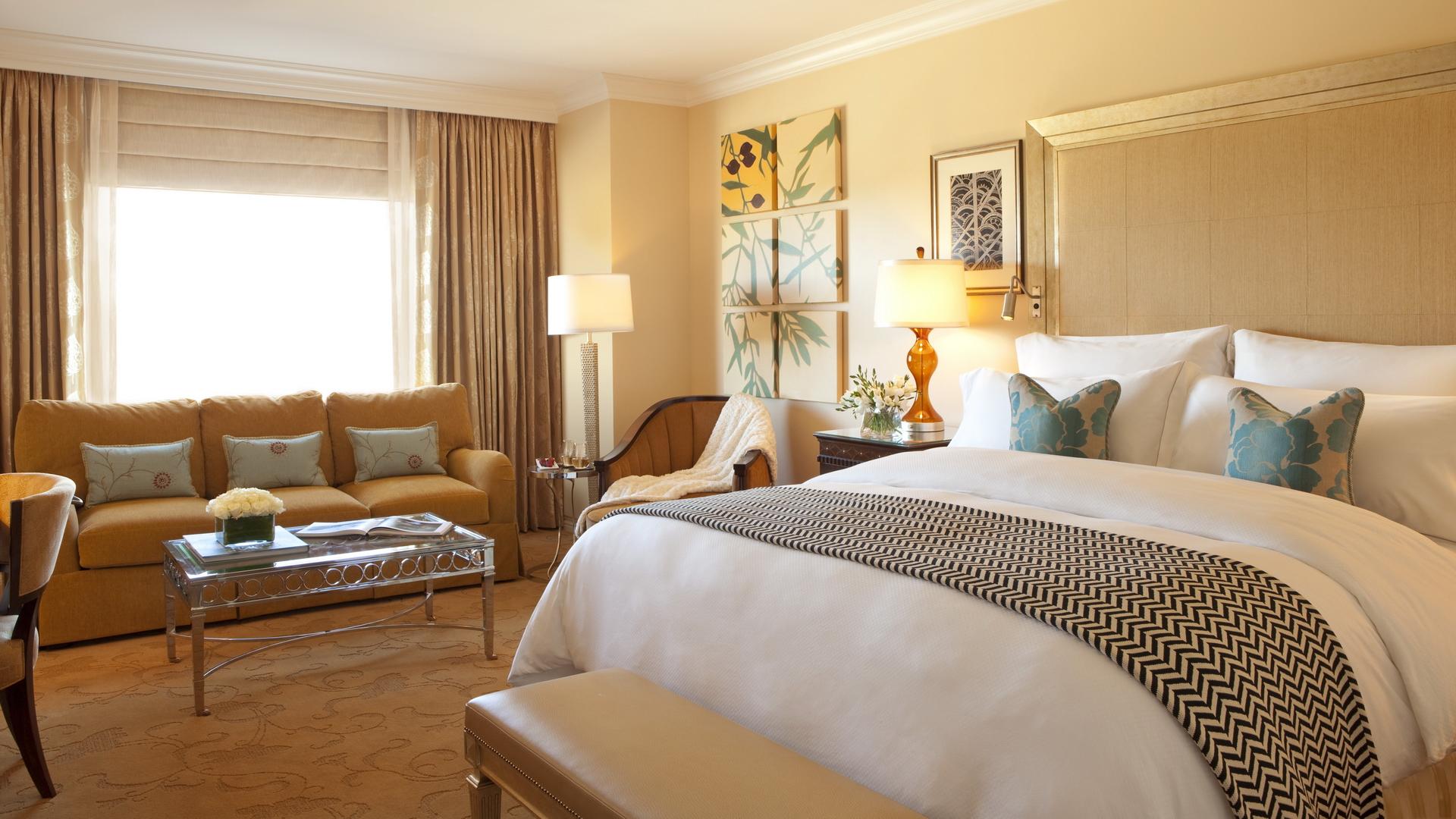 Спальня с кроватью и диваном