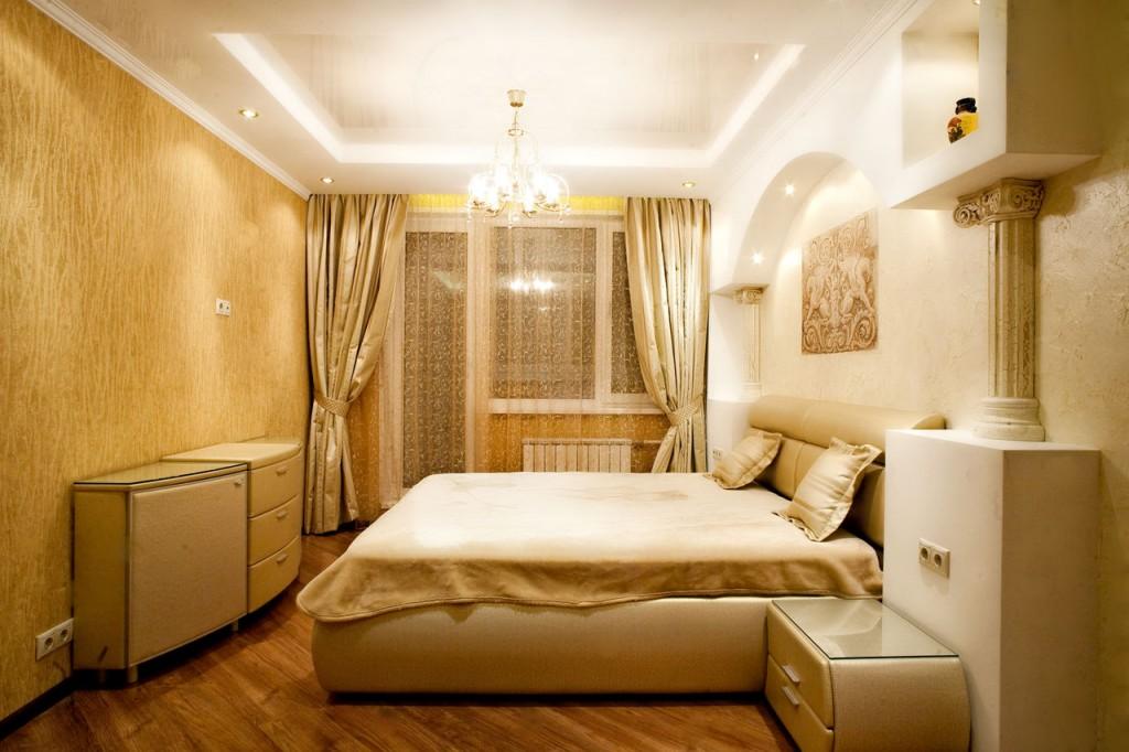 Кровать посередине спальни