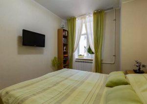 Спальня с салатовыми шторами