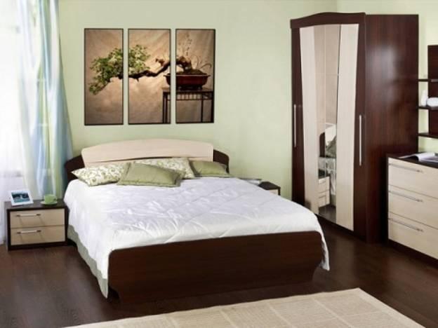 Кровать и шкаф в спальне