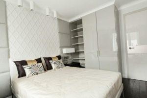 Белая спальня с глянцевым потолком