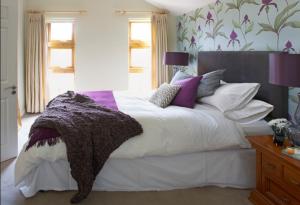 Фиолетовый цвет изумительно подчёркивает сильные стороны дизайна спальни