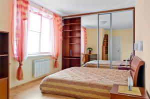 Спальня с элементами розового цвета