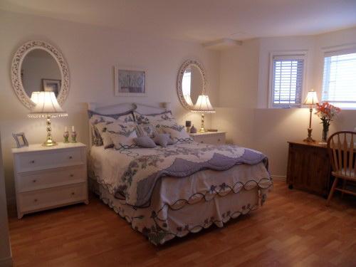 Зеркала по бокам кровати