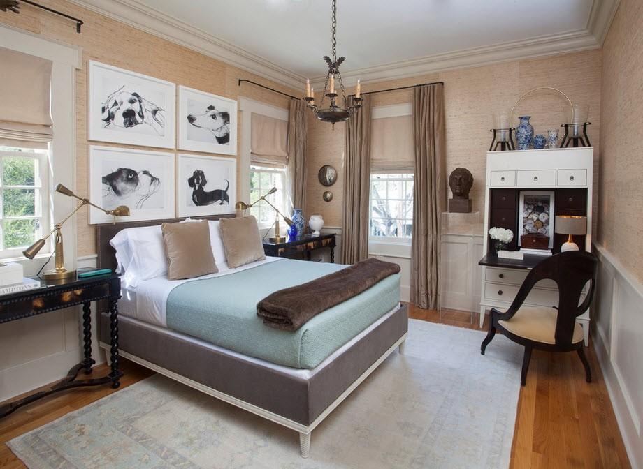 Кровать с картинами в изголовье