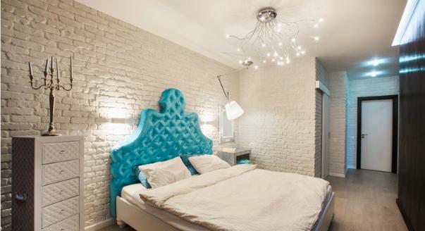 Бежевая кровать с бирюзовым изголовьем