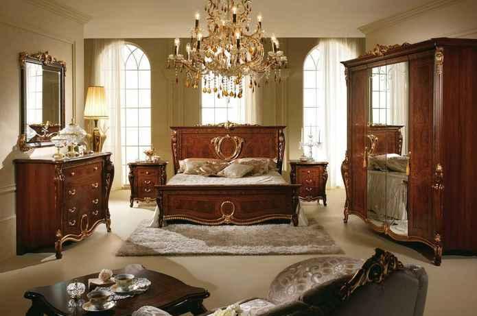 Богатый мебельный гарнитур в спальне