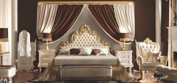 Классическая спальня с различными аксессуарами
