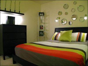 Зеленая комната с зеркальными фрагментами