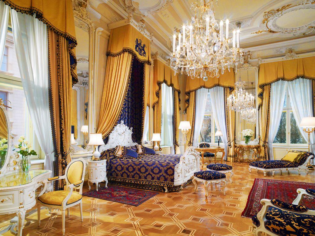 Просторная спальня с большим мебельным гарнитуром