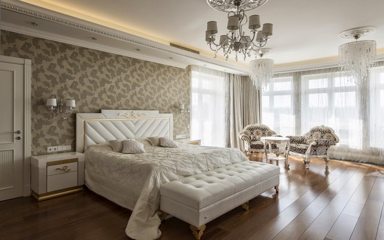 Белый потолок в спальне классического стиля