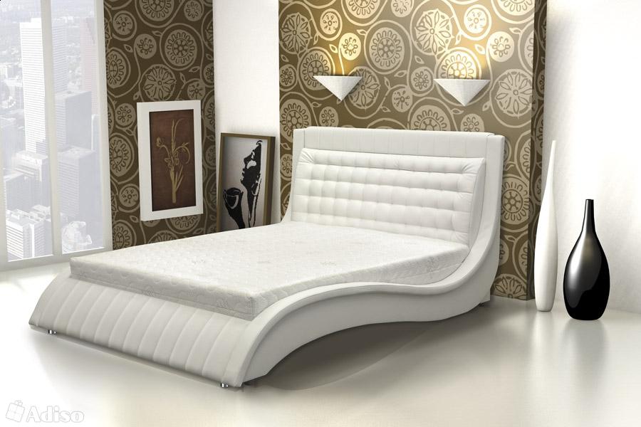 Изящная кровать для просторной комнаты
