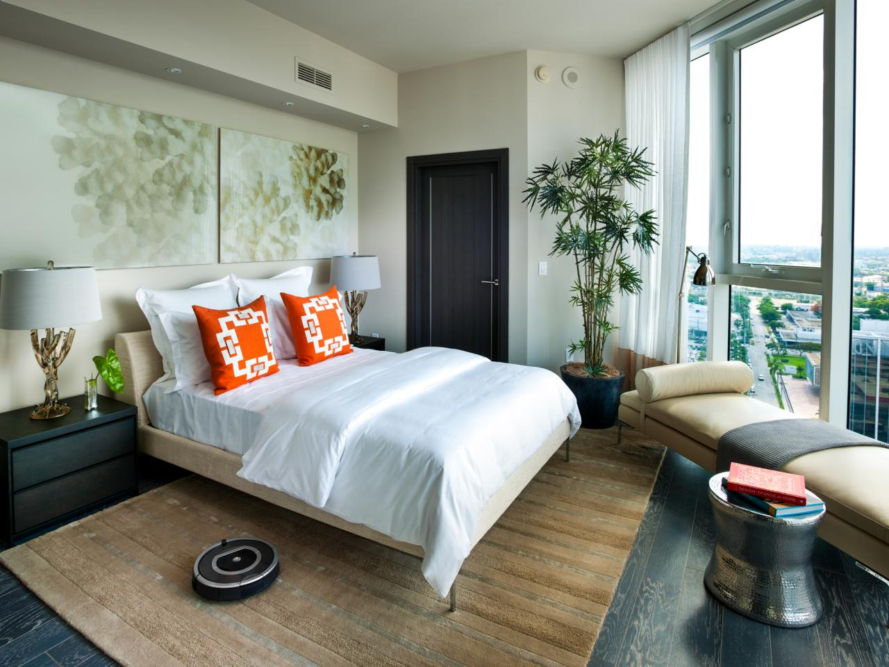 Кровать повернутая на окно